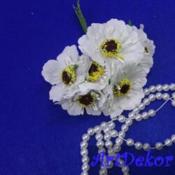 Цветок дикого мака на проволоке белый